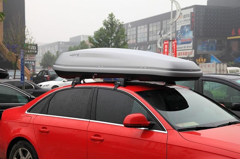图示的是奥迪A4安装Hapro哈勃凯文8.5车顶行李箱的照片图片,凯文8.5有2种颜色可以选择,分别是银灰色和亮黑色,其中亮黑色相当于车辆的黑色金属漆表面,这得益于ABS/PMMA材料的应用,新生产工艺的提升令产品的使用寿命进一步延长,抗紫外线能力高,此外,与金属漆的汽车表面更加协调和般配。