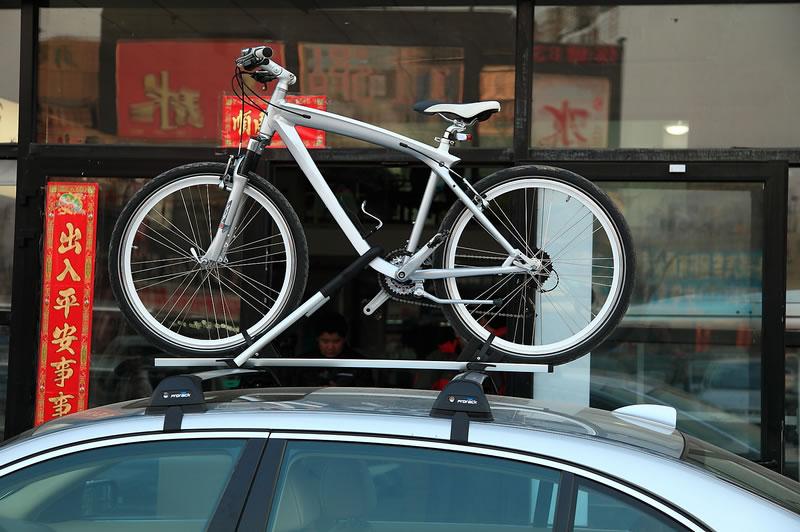 宝马7系安装德国骑乐车顶自行车架效果图