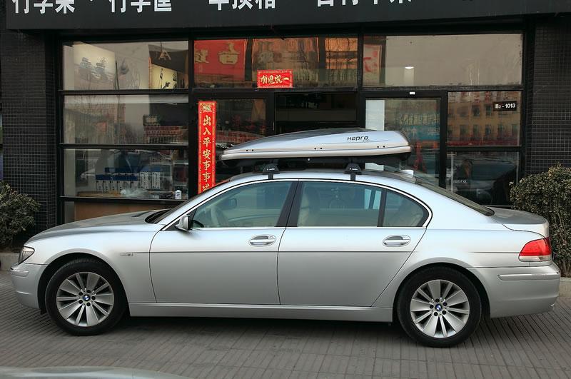 本图所示的是宝马7系是安装Hapro哈勃极致6.5车顶箱,车顶行李箱,汽车顶箱,车顶旅行箱的效果图片。Zenith极致6.5车顶箱有两种颜色可以选择,分别是亮黑色和金属银色。长度为192cm,宽度82cm,高度37cm,这是一个堪称完美的尺寸,压低型的设计考虑了车辆的通过性能,同时又兼顾了车顶箱的实用性,宽度82cm的设计是基于全球车辆数据库的统计数据而来,统计数据表明,消费者对车身宽度和长度的需求在过去的20年间有逐步加宽加大的趋势,而高档车的这一变化更为明显,为了达到车顶箱与车辆外观的整体协调,极