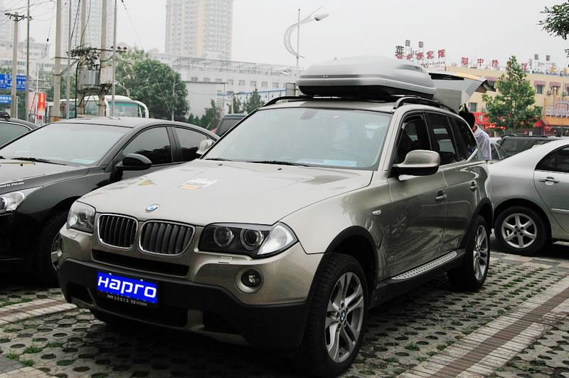 本图所示的是宝马X3是安装Hapro哈勃凯文5.5车顶箱,车顶行李箱,汽车顶箱,车顶旅行箱的效果图片。Carver5.5是Carver凯文系列销量大的车顶箱,市场统计表明,长度为180cm和190cm左右的车顶箱尺寸是受市场欢迎和认可的尺寸,这就是中等尺寸车顶箱的参照标准,再参照世界市场上各种车型的车顶尺寸和对不同客户的市场调查,由此Hapro设计师研发生产了一系列车顶箱满足不同客户对于中等尺寸车顶箱的需求,其中178cm、185cm和192cm成为终的3个参照标准。