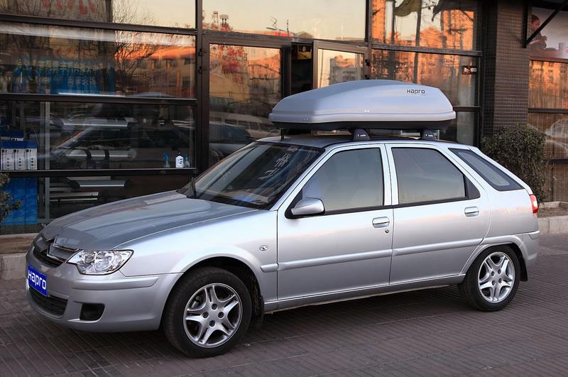 图示雪铁龙爱丽舍是安装Hapro哈勃凯文4.5车顶箱,车顶行李箱,汽车顶箱,车顶旅行箱的效果图片。凯文4.5车顶箱的长度145cm,宽度95cm,高度45cm,在长度确定的情况下,加宽和加高的设计主要是为了确保搭载容积,390升的容量可以满足日常多数需要。此外,小巧的设计,宽敞的空间以及较高的尺寸和75公斤的承载能力,足以让它在很多固定仪器设备等特殊场合发挥作用。想要市场上好的后侧开启式车顶箱吗?Carver4.